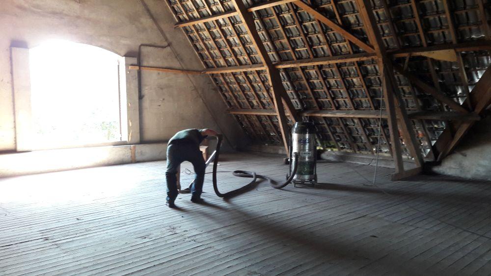 Foto schoonmaken duivenpoep zolder CultuurHoek