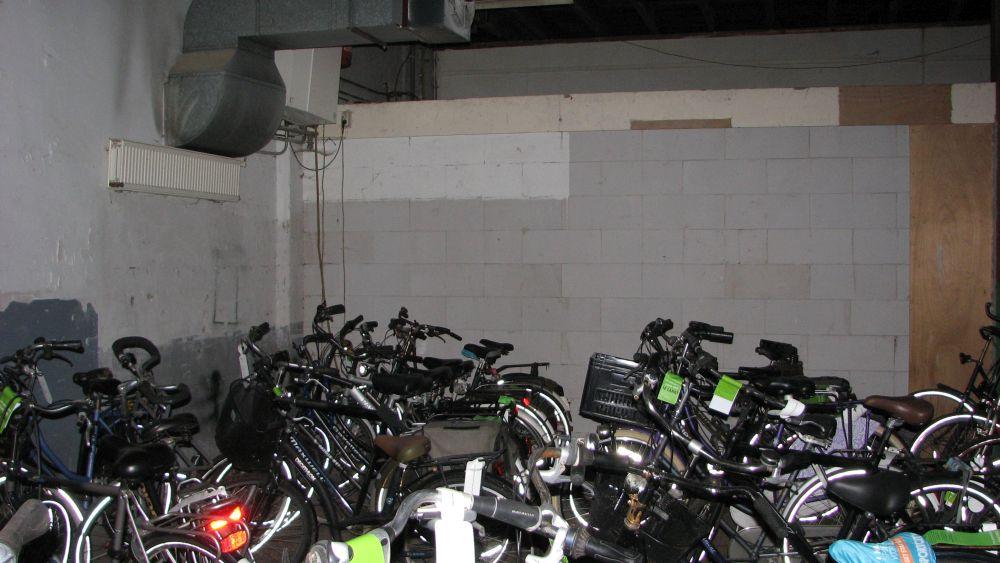 Foto theaterzaal met fietsen station voor verbouwing